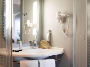 A bathroom at ibis Rotterdam City Centre