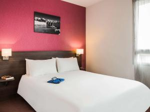 A bed or beds in a room at Aparthotel Adagio Access Marseille Saint Charles