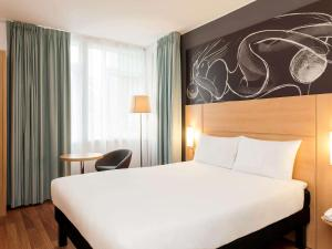 A bed or beds in a room at ibis Edinburgh Centre South Bridge – Royal Mile