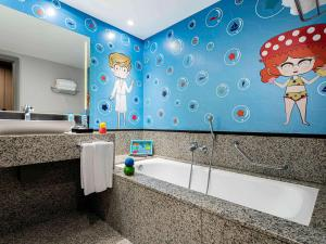 A bathroom at Pullman Sao Paulo Guarulhos Airport