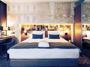A bed or beds in a room at Mercure Bucharest City Center