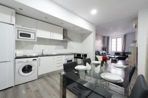 A kitchen or kitchenette at Apartamento Puerta del sol 6PAX plaza mayor Gran Via centro