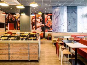 Un restaurante o sitio para comer en ibis Manaus Aeroporto