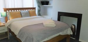 A bed or beds in a room at Northwood Park View