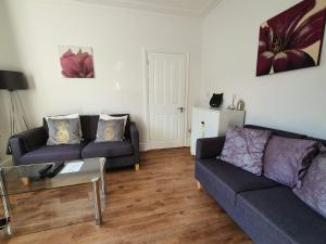 A seating area at Bell Hill House by Cliftonvalley Apartments
