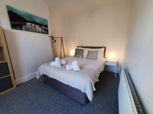 A bed or beds in a room at Bell Hill House by Cliftonvalley Apartments