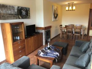 A seating area at Apartamentos Solineu