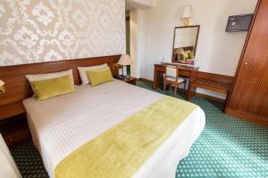 Uma cama ou camas num quarto em Eurosol Gouveia