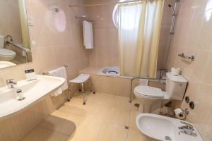 Uma casa de banho em Eurosol Gouveia