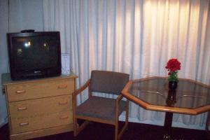 A seating area at Hilander Motel