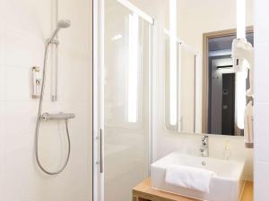 Salle de bains dans l'établissement ibis De Haan