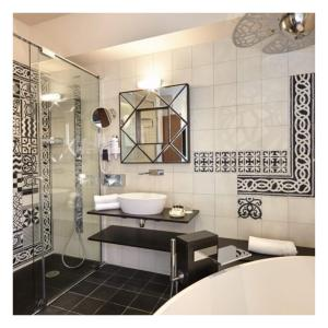 A bathroom at Hôtel Saint Christophe
