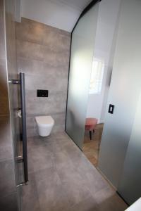 A bathroom at Strandhotel Dennenbos