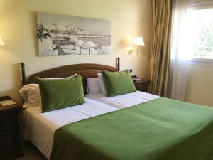 Cama o camas de una habitación en Sunway Playa Golf & Spa Sitges