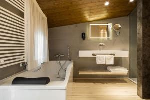 A bathroom at Hotel Montarto