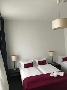 A bed or beds in a room at Hotel Goldmarie