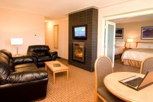 Гостиная зона в Woodlands Inn & Suites