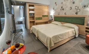 Un pat sau paturi într-o cameră la Palmyra Beach Hotel