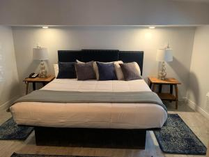 A bed or beds in a room at Oak Creek Terrace Resort