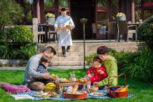 A family staying at Four Seasons Hotel Hangzhou at West Lake