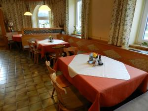A restaurant or other place to eat at Freinerhof & Wellness