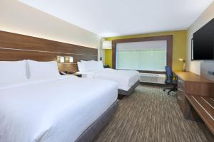 A bed or beds in a room at Holiday Inn Express & Suites - Painesville - Concord, an IHG Hotel