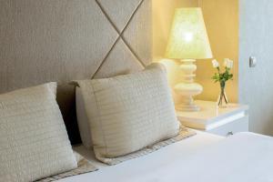 سرير أو أسرّة في غرفة في Qafqaz Riverside Hotel