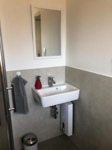 A bathroom at Maggies-Apartment-Hannover