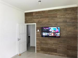 A television and/or entertainment centre at Ampla Casa na beira mar de Maragogi