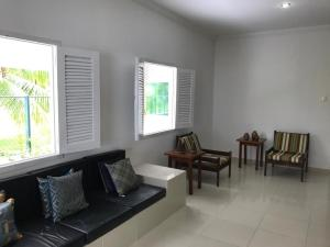 A seating area at Ampla Casa na beira mar de Maragogi