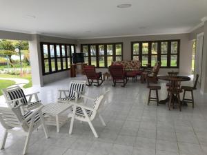 A restaurant or other place to eat at Ampla Casa na beira mar de Maragogi