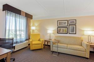A seating area at La Quinta Inn & Suites by Wyndham Panama City