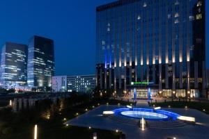 Бассейн в Holiday Inn Express Beijing Yizhuang, an IHG Hotel или поблизости