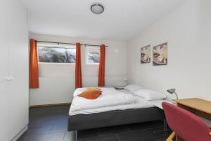 En eller flere senger på et rom på Åmøy Fjordferie