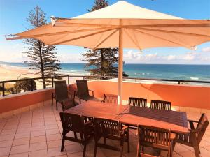 A restaurant or other place to eat at The Beach Retreat Coolum
