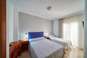 Säng eller sängar i ett rum på Hotel Bajamar Centro