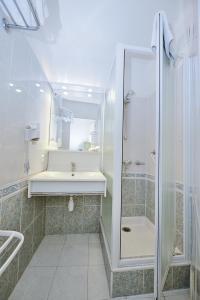 A bathroom at Azur Hotel