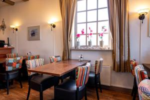 A restaurant or other place to eat at Hotel Almenum - het sfeervolle stadslogement -