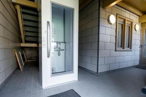 A bathroom at Hotel Almenum - het sfeervolle stadslogement -