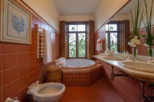 A bathroom at Quinta dos Pinhais Pouso e Charme