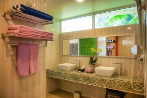 A bathroom at Sutera Sanctuary Lodges At Manukan Island