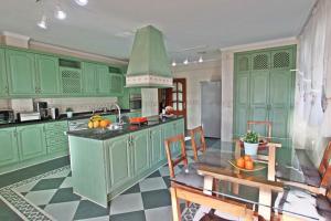 A kitchen or kitchenette at Villa Paradise