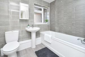 A bathroom at Executive City Centre Home - Regal House by True Stays