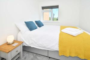 A bed or beds in a room at Executive City Centre Home - Regal House by True Stays