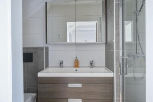 A bathroom at Het Gecroonde Swaert