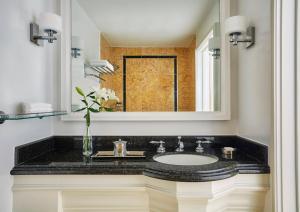 A bathroom at Fairmont Miramar Hotel & Bungalows