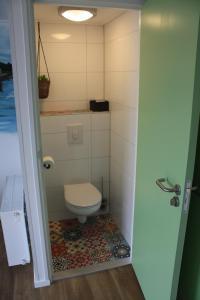 A bathroom at Bed & Breakfast Aalsmeer