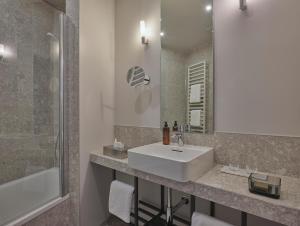 A bathroom at Classik Hotel Alexander Plaza