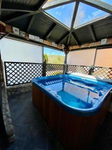 Bazén v ubytovaní Dom pri jazere s výrivkou alebo v jeho blízkosti