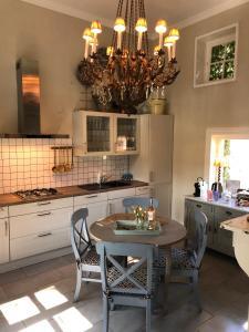 A kitchen or kitchenette at Landhuis Mimi